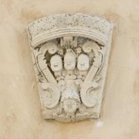 Alfedena (Aq), stemma gentilizio della famiglia Brunetti, sul casamento omonimo del XVII secolo, in borgo Veroli 6
