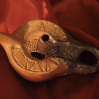 Crecchio (Ch), Museo dell'Abruzzo bizantino e altomedievale, Lucerna africana ad olio tipo Atlante XC. Sul disco una suggestiva figura femminile