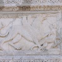 Magliano dei Marsi (Aq). Chiesa di Santa Lucia. Lastra figurata a rilievo murata sulla facciata, animale fantastico.