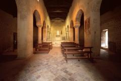 Paganica (AQ), chiesa medievale di San Giustino al cimitero, interno con riuso di colonne romane