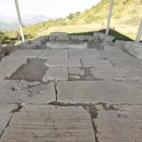 Schiavi d'Abruzzo (Ch), area archeologica, podio del tempio B